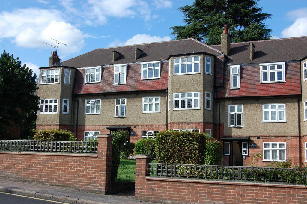 3 Bedrooms Apartment Flat for sale in Palmerston Road, Buckhurst Hill, IG9