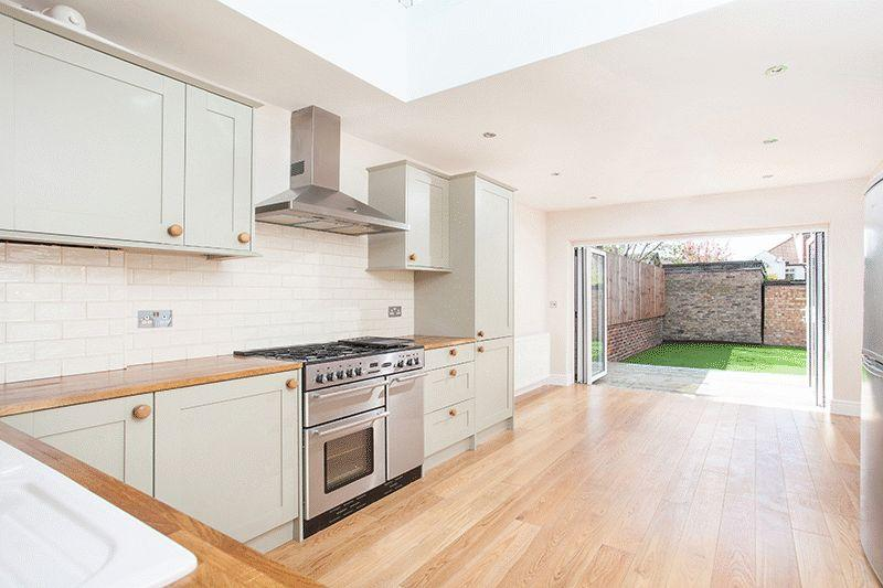 2 Bedrooms Cottage House for sale in Wharton Road, Bromley