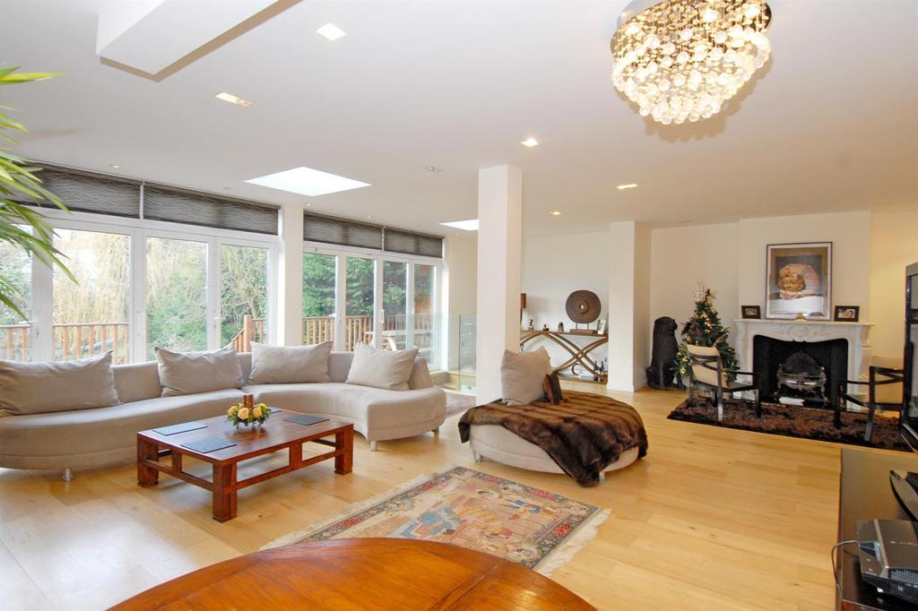 5 Bedrooms Semi Detached House for sale in Deansway, London