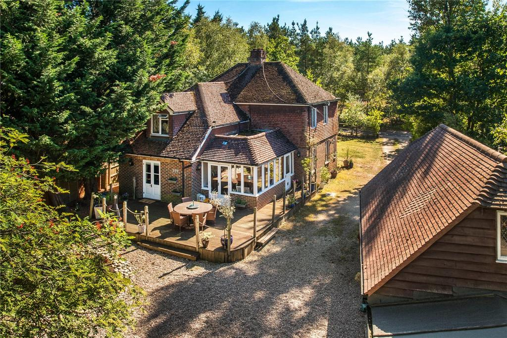 4 Bedrooms Detached House for sale in Sandy Lane, Rushmoor, Farnham, Surrey