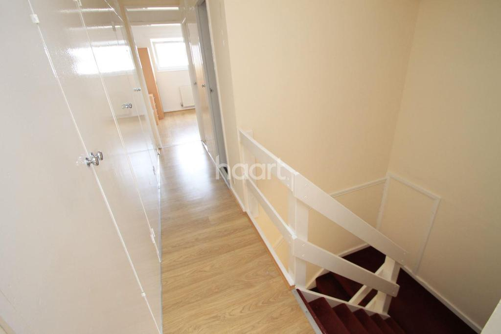 2 Bedrooms Flat for sale in Copperfield, Chigwell