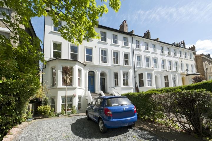 2 Bedrooms Flat for sale in Lower Ground Floor, Peckham Rye, London, SE15