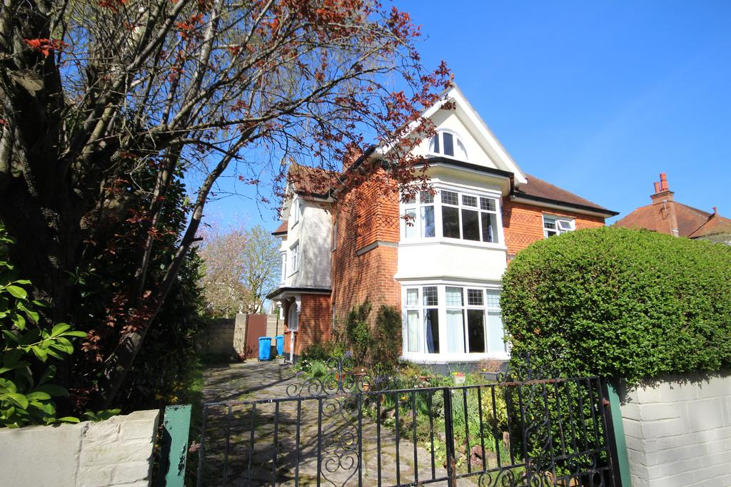 2 Bedrooms Flat for sale in Forest Road, Branksome Park, POOLE BH13
