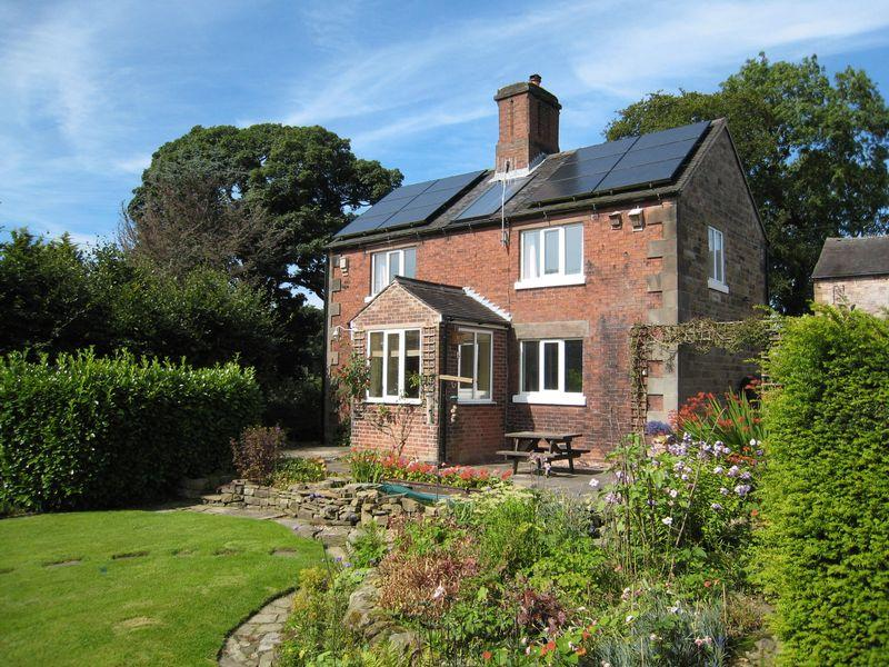 3 Bedrooms Detached House for sale in Lowe Hill, Leek
