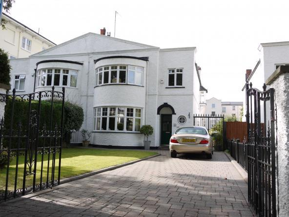 3 Bedrooms Semi Detached House for sale in Albert Road, Cheltenham, GL52 2QX