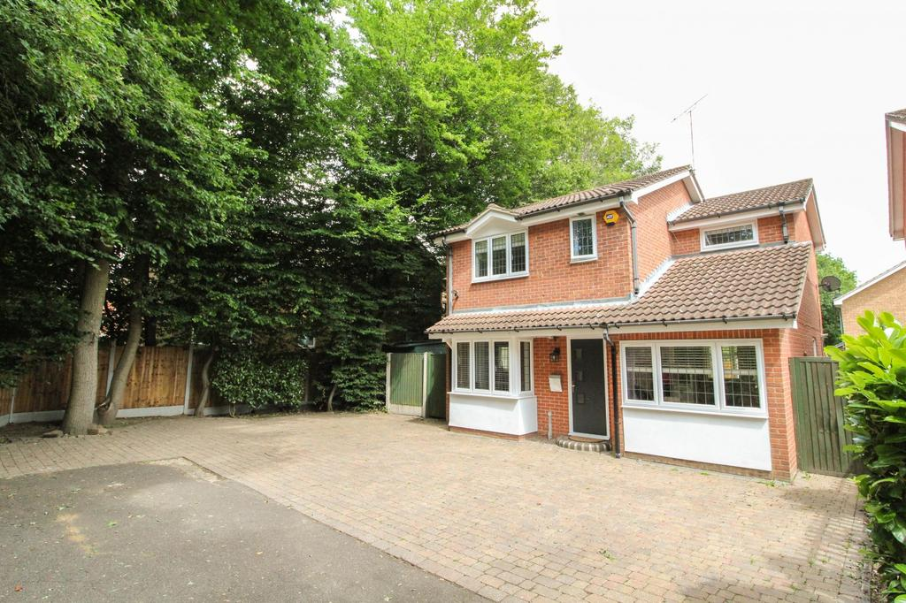 3 Bedrooms Detached House for sale in Wendover Gardens, Hutton, Brentwood, Essex, CM13