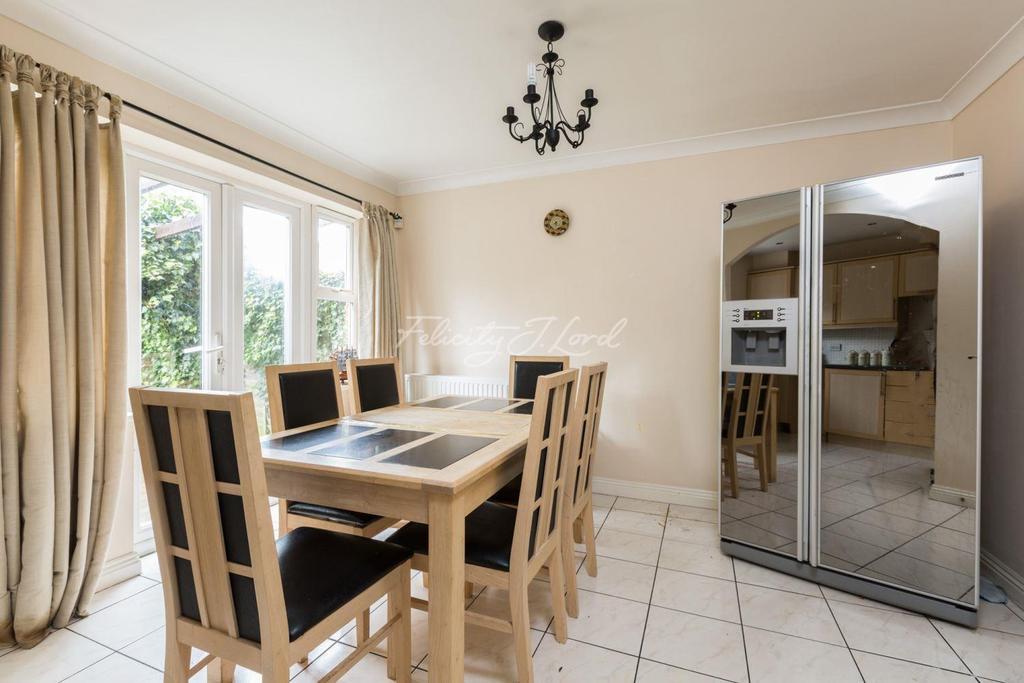 4 Bedrooms Terraced House for sale in Howerd Way