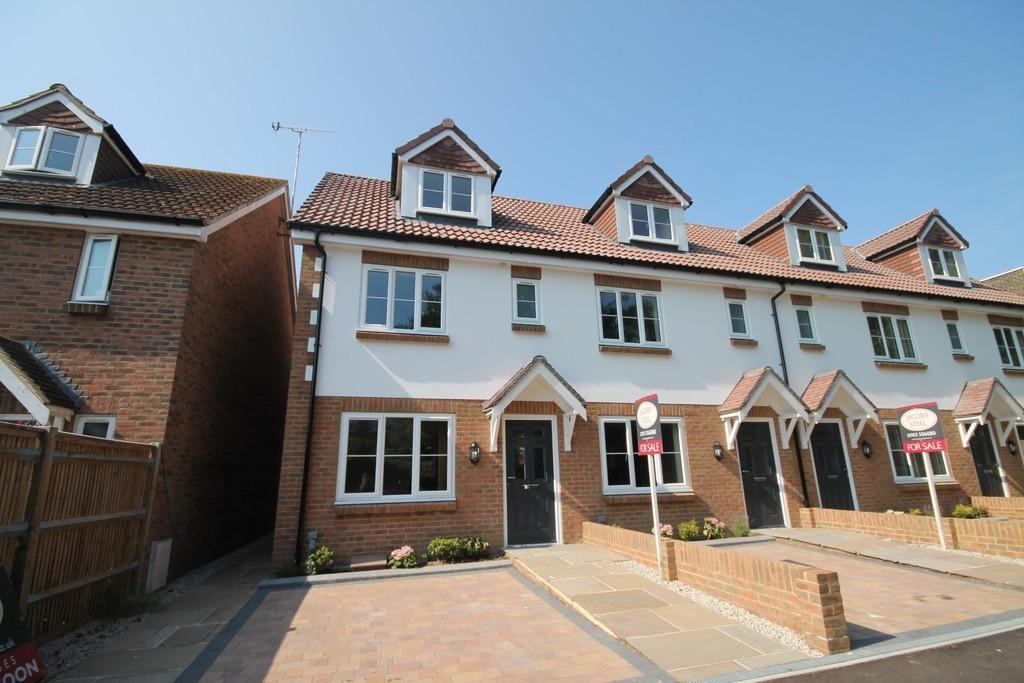 3 Bedrooms Town House for sale in Mulberry Gardens, Goring-by-sea, Worthing BN12 4NU
