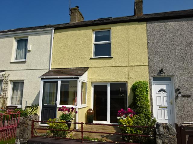2 Bedrooms Terraced House for sale in BEACH ROAD, FELINHELI LL56
