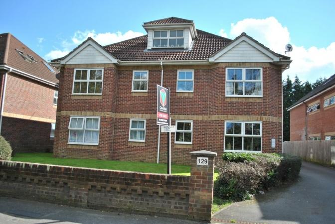 2 Bedrooms Flat for sale in Richmond Park Road , Charminster