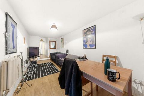 3 bedroom flat - Chantrey Road, Brixton