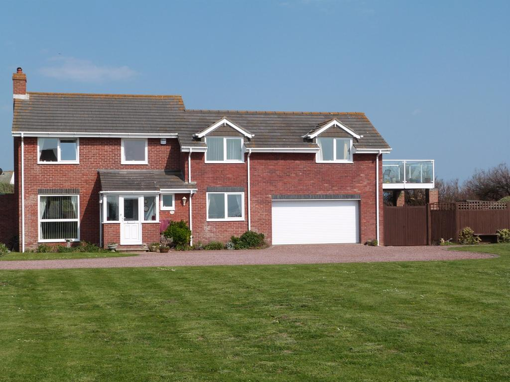 4 Bedrooms Detached House for sale in Solent Way, Selsey