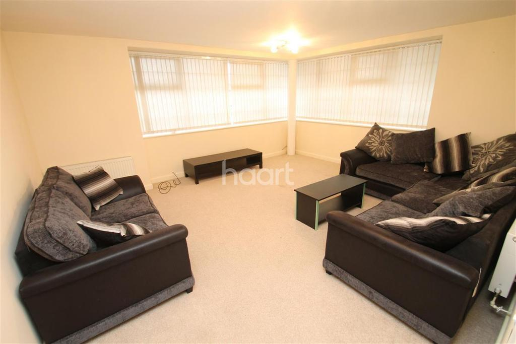 3 Bedrooms Flat for sale in Larchmont Road, Leicester