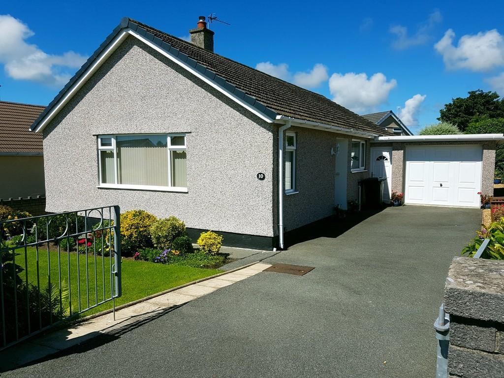 3 Bedrooms Detached Bungalow for sale in Cae Cnyciog, Llanfairpwll, North Wales
