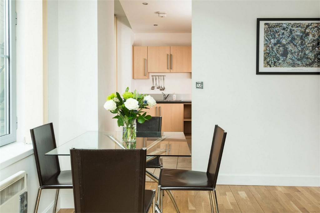 2 Bedrooms Flat for sale in Flat 1, Popes Head Court, Peter Lane, York