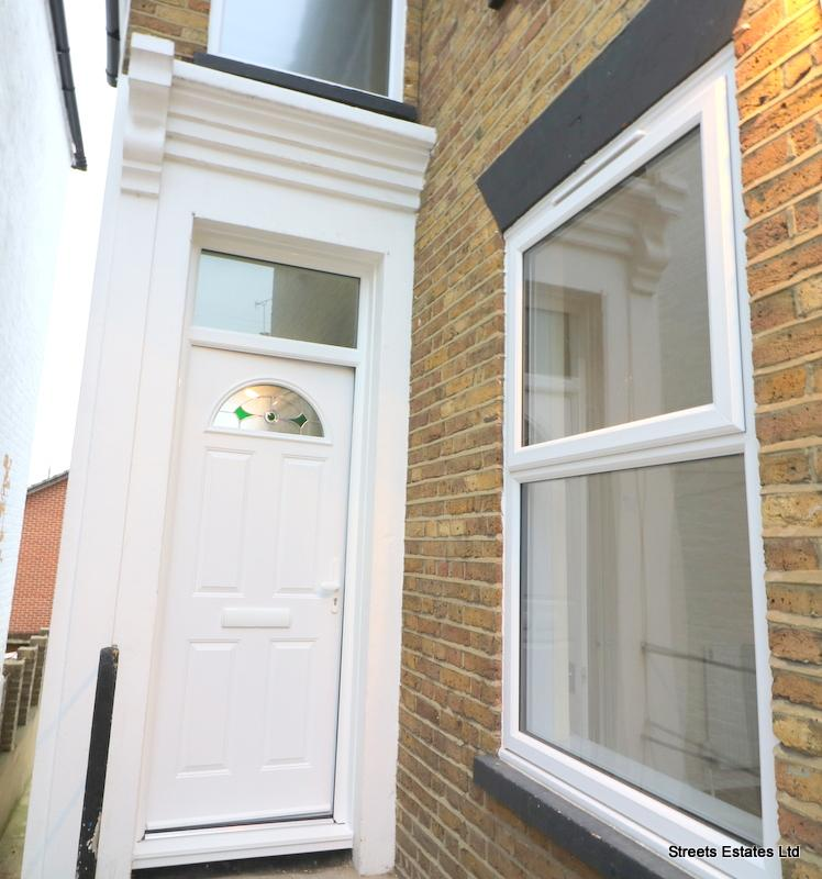 2 Bedrooms Flat for rent in CUXTON ROAD, STROOD ME2
