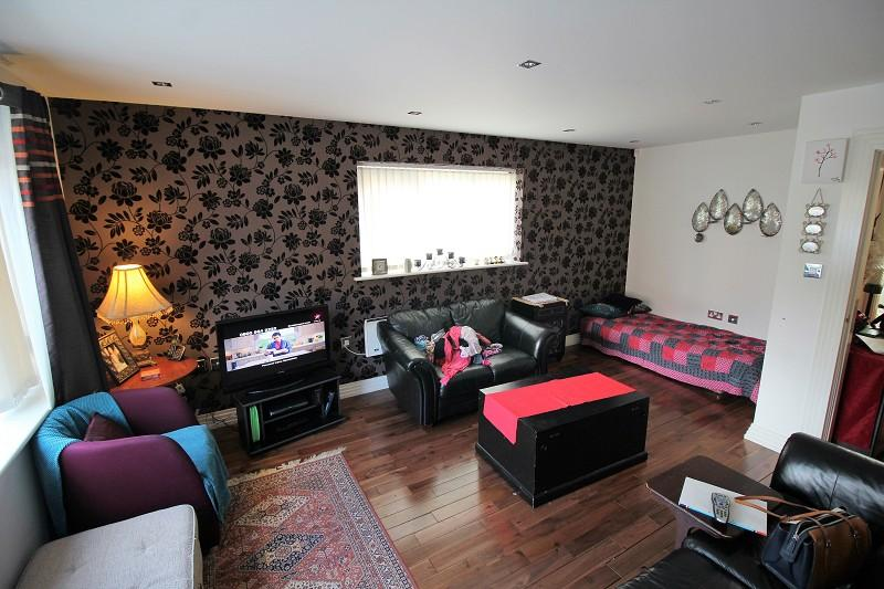 2 Bedrooms Flat for sale in Royle Green Road, Manchester, Greater Manchester. M22 4NG