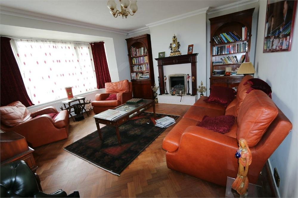 4 Bedrooms Detached House for sale in Swinton Close, Wembley, Greater London