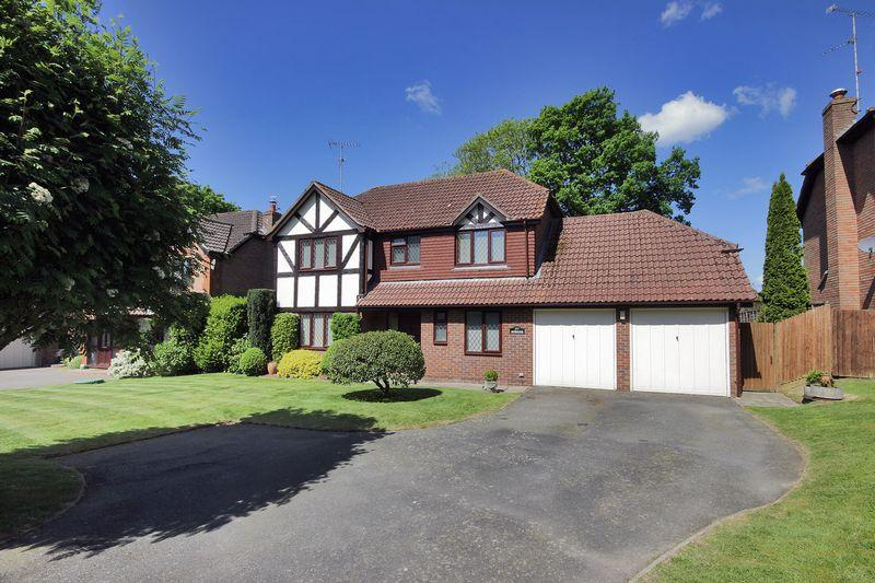 4 Bedrooms Detached House for sale in Winterpit Close, Mannings Heath, West Sussex