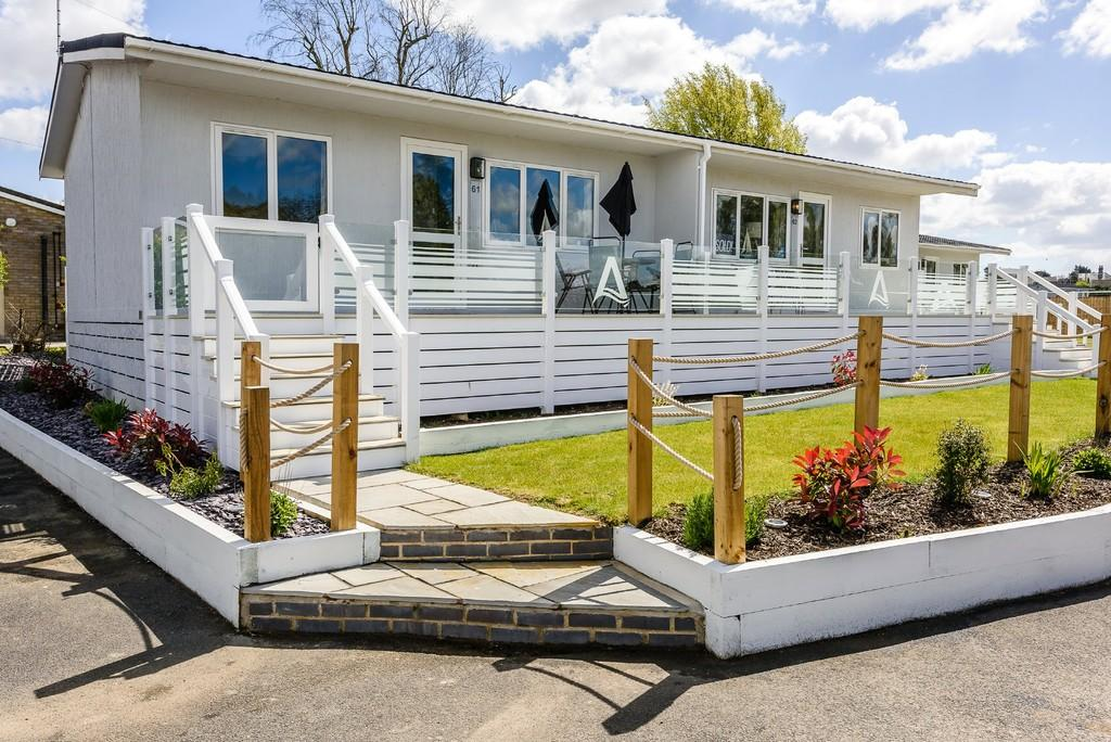 2 Bedrooms Semi Detached Bungalow for sale in Marsh Road, Oulton Broad, Lowestoft
