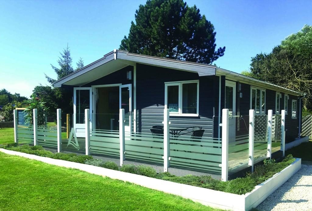 2 Bedrooms Detached Bungalow for sale in Marsh Road, Oulton Broad, Lowestoft