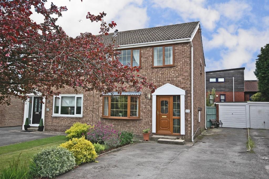 3 Bedrooms Semi Detached House for sale in Fishponds Drive, Crigglestone