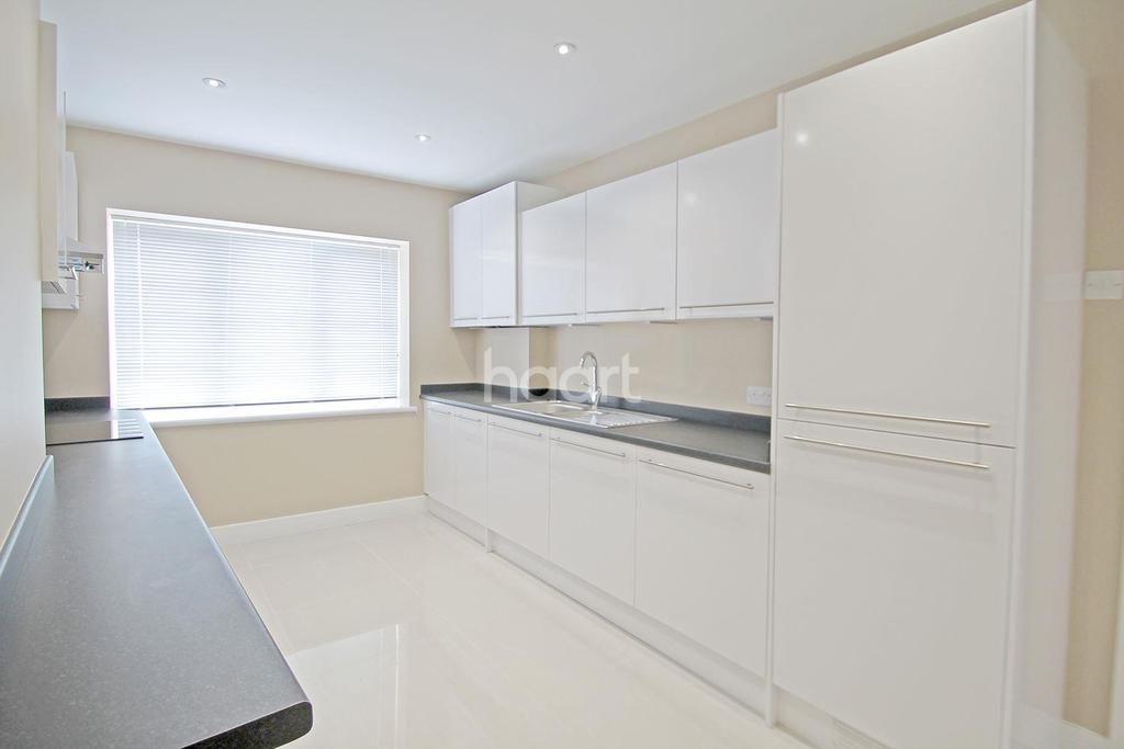 2 Bedrooms Flat for sale in Station Road, Chingford