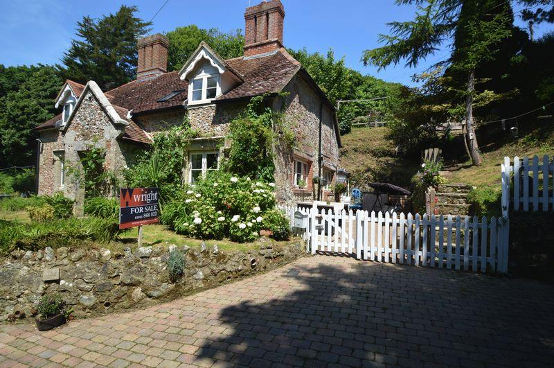 3 Bedrooms Semi Detached House for sale in SHANKLIN