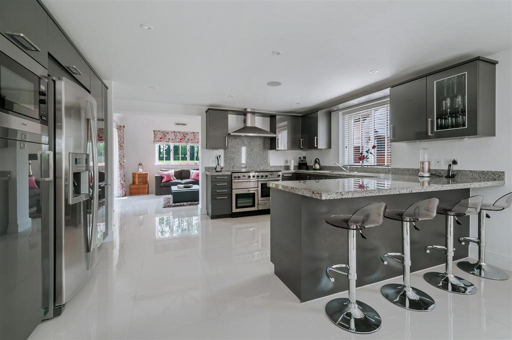 5 Bedrooms Detached House for sale in Oast Court Farm, East Malling, West Malling