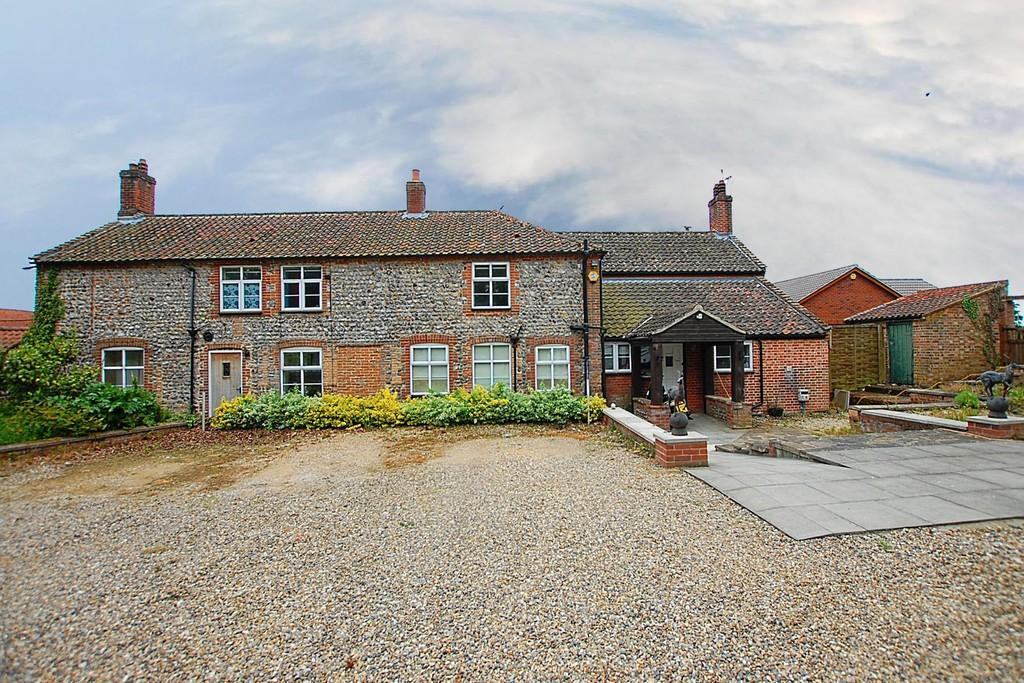5 Bedrooms Farm House Character Property for sale in Thorpe Market Road, Roughton