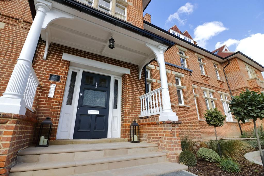 3 Bedrooms Flat for sale in The Grange, 4 Wildcary Lane, Romford, RM3
