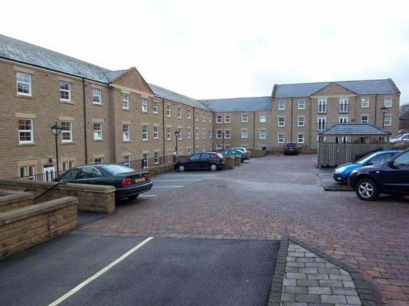 2 Bedrooms Flat for rent in STONELEIGH COURT, SHADWELL LANE, LEEDS LS17 8FN