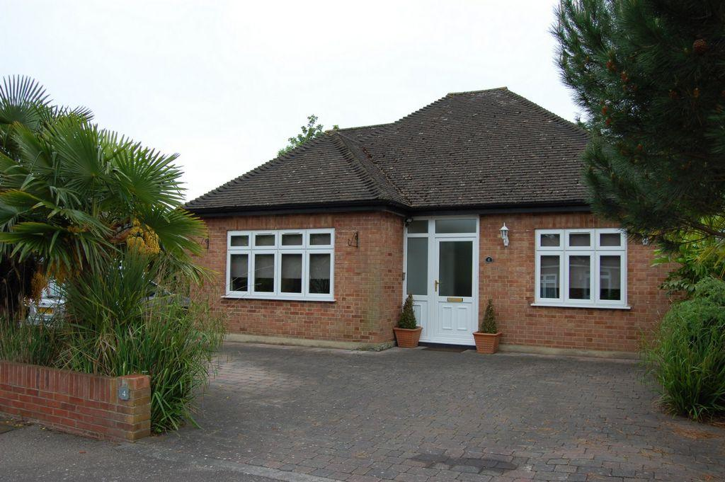3 Bedrooms Bungalow for sale in Langfords, Buckhurst Hill, IG9