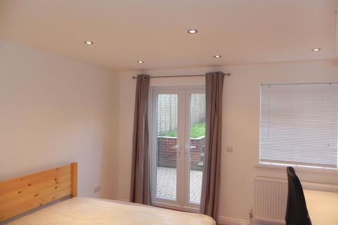 3 bedroom semi-detached house to rent - Woodside Road, Guildford, Surrey GU2 8HH