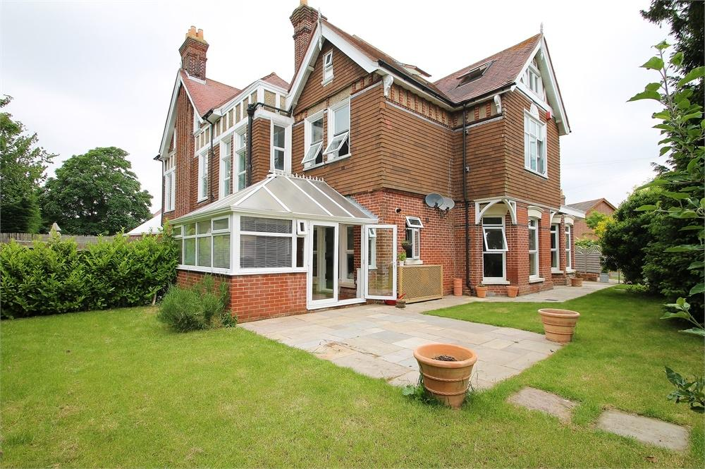 3 Bedrooms Semi Detached House for rent in Manor Way, Lee-on-the-Solent, Hampshire