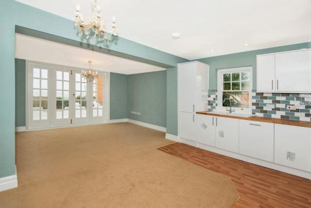 2 Bedrooms Flat for rent in KS1469 - GROUND FLOOR BEACH FRONT APARTMENT