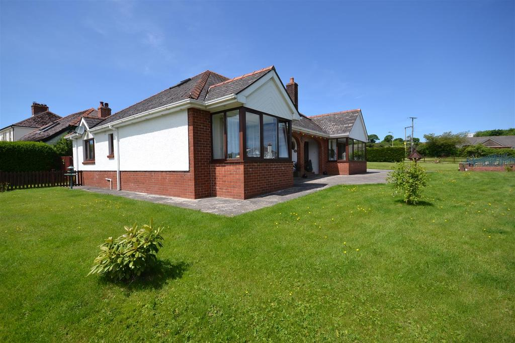 5 Bedrooms Detached Bungalow for sale in Llysonnen Road, Carmarthen