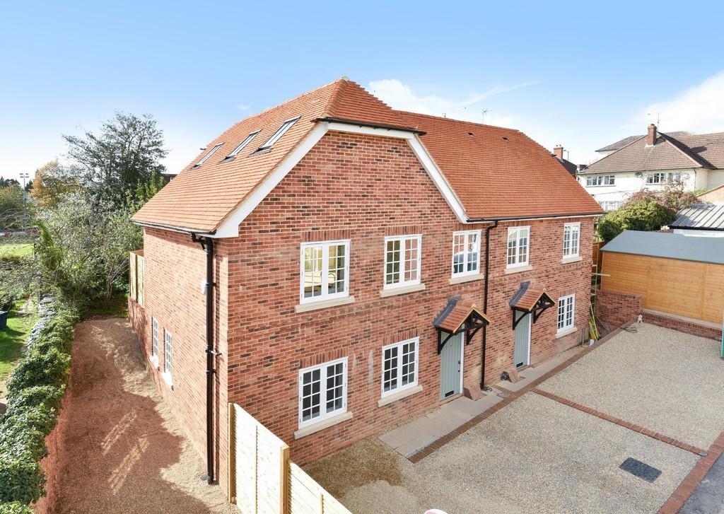 3 Bedrooms Semi Detached House for sale in Mead Lane, Farnham