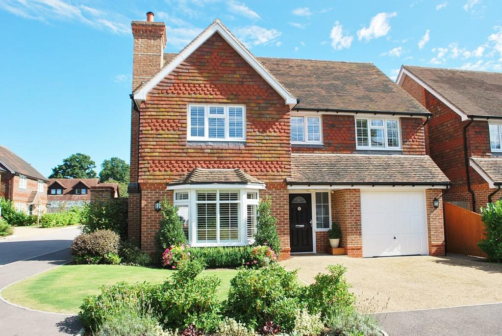 4 Bedrooms Detached House for sale in Courtlands, Southwater, RH13