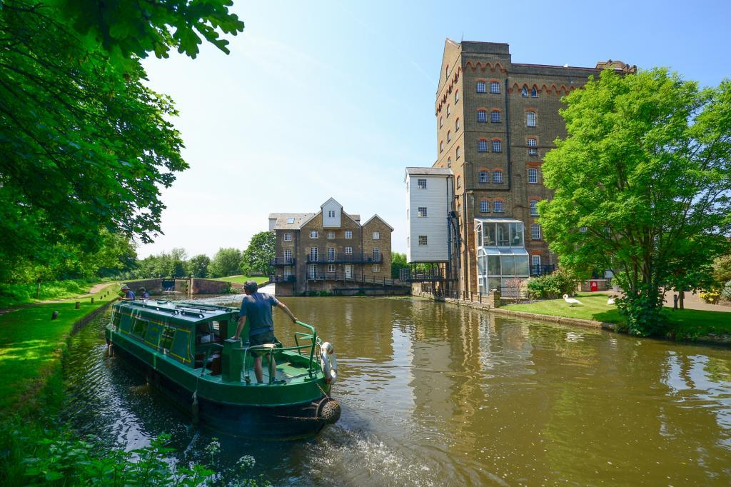2 Bedrooms Flat for sale in John Bunn Mill, Coxes Lock Mill, Addlestone, Surrey, KT15