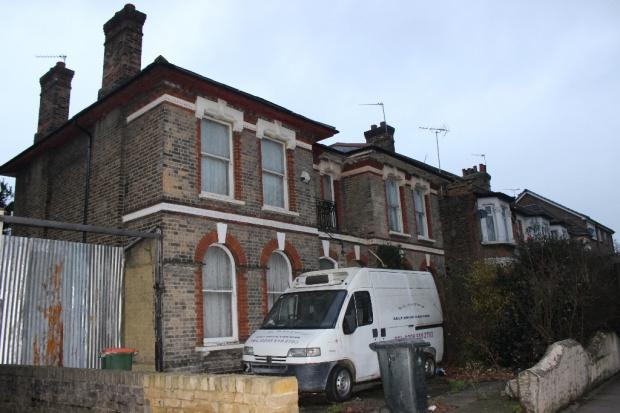 5 Bedrooms Semi Detached House for sale in Forest Drive, London, E12