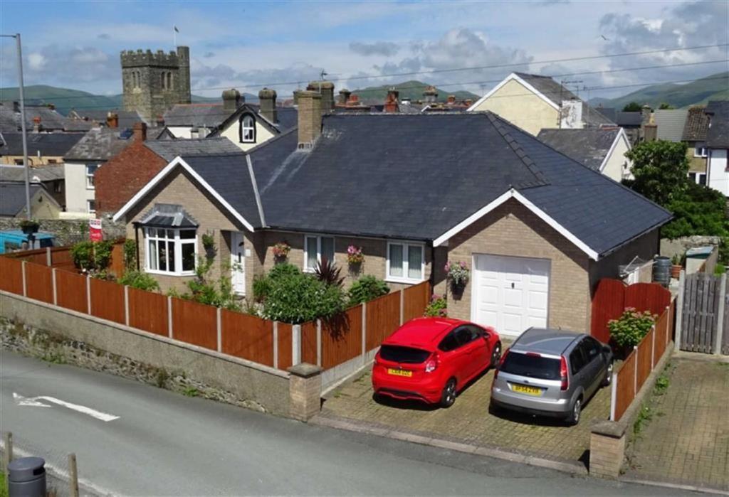 3 Bedrooms Detached Bungalow for sale in 3, Ffordd Eglwys Bach, Tywyn, Gwynedd, LL36