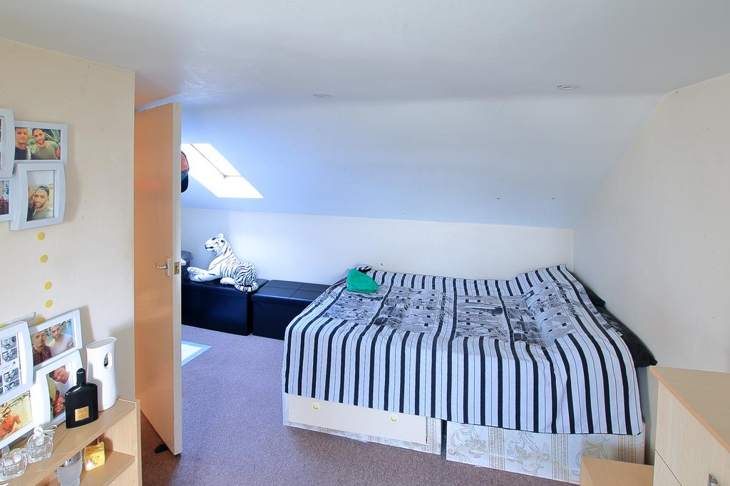 2 Bedrooms Flat for sale in Forest Drive East , London E11