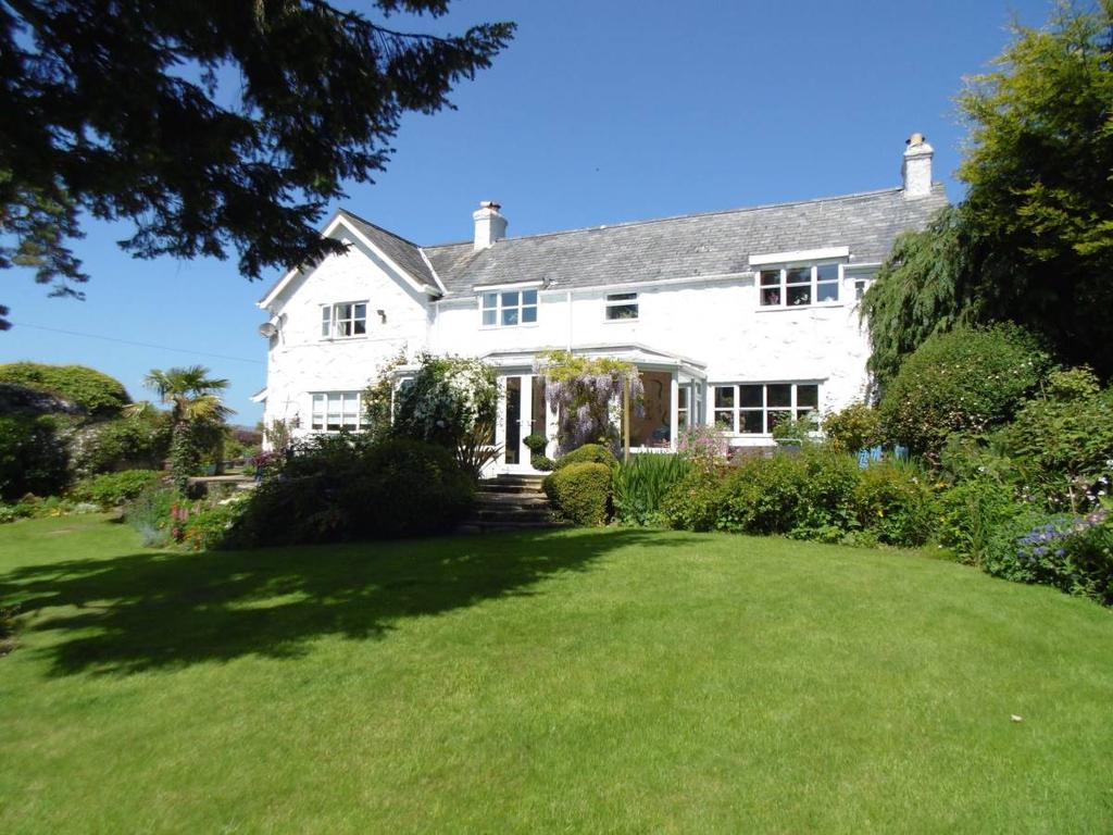 4 Bedrooms Farm House Character Property for sale in Ffordd Gyffylog, Eglwysbach, LL28 5SD