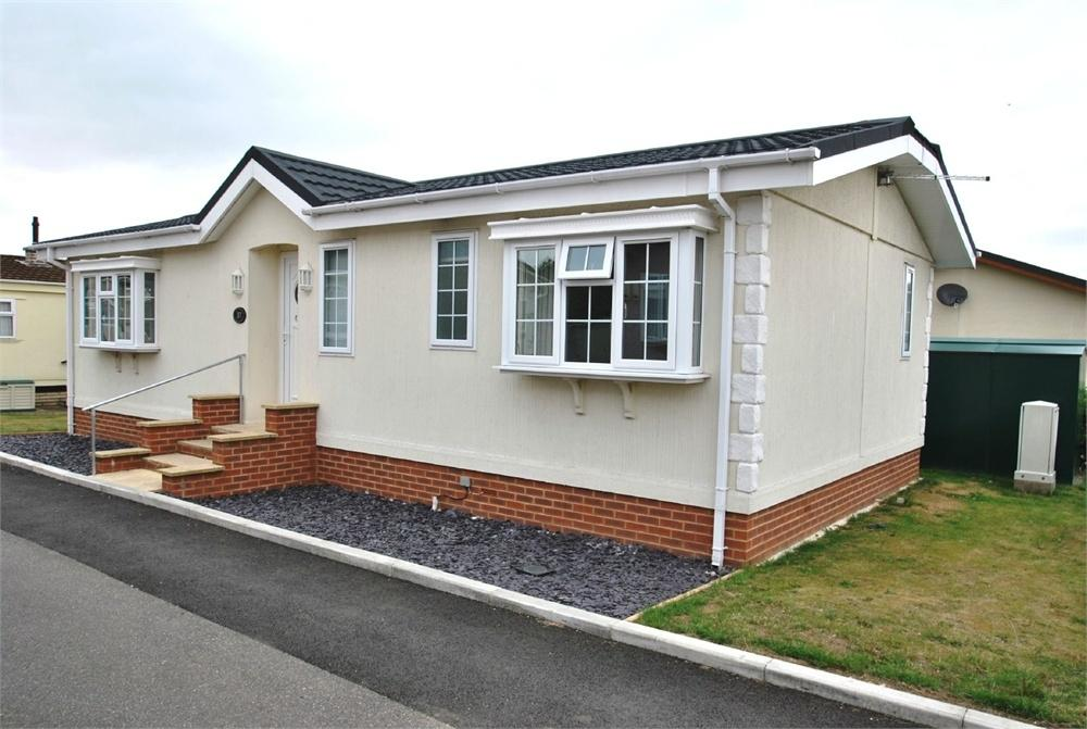 2 Bedrooms Park Home Mobile Home for sale in Kingsmead Park, Coggeshall Road, Braintree, Essex