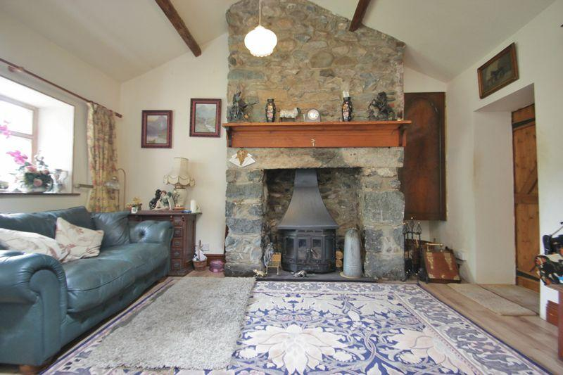2 Bedrooms Detached House for sale in Groeslon, Gwynedd
