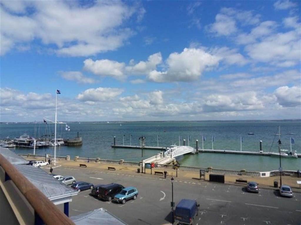 3 Bedrooms Penthouse Flat for sale in Bath Road, Cowes