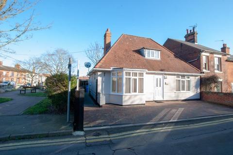 3 bedroom bungalow for sale - Oak Lodge, Caxton  Road, Beccles