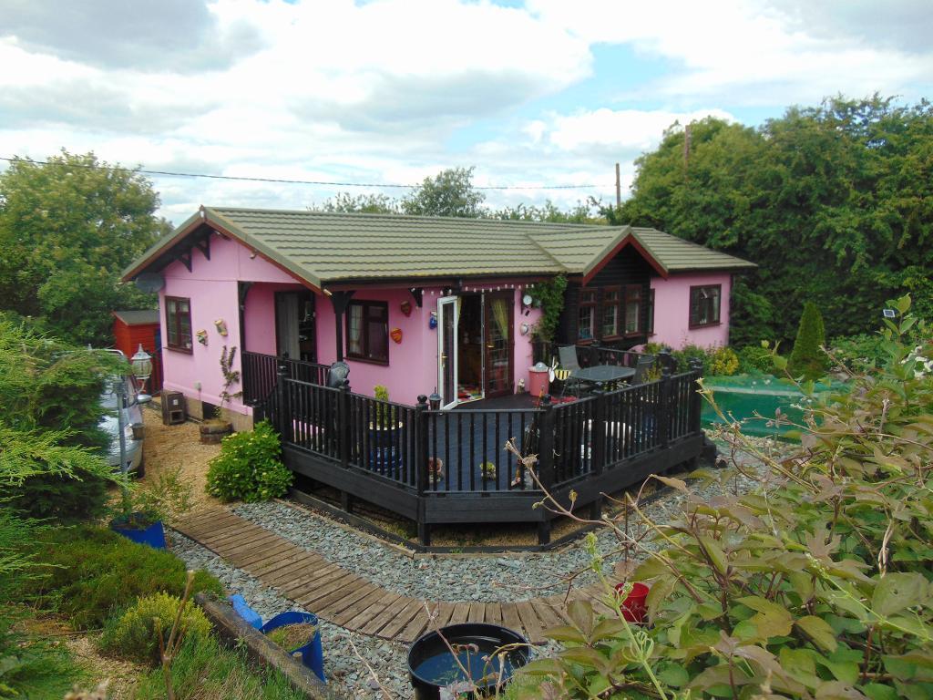 2 Bedrooms Bungalow for sale in Bedford Bank West, Welney, Cambridgeshire, PE14 9TB
