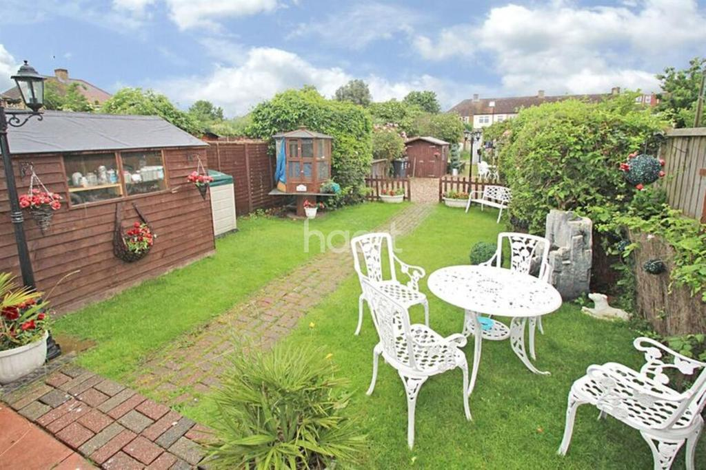 3 Bedrooms Semi Detached House for sale in Thorntons Farm Avenue, Rush Green, Romford